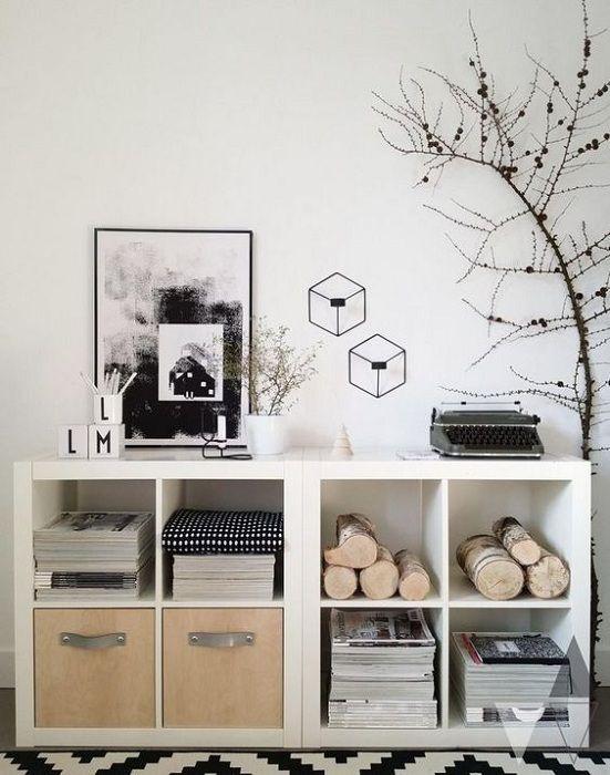 Прекрасный пример оформления гостиной в черно-белых тонах.