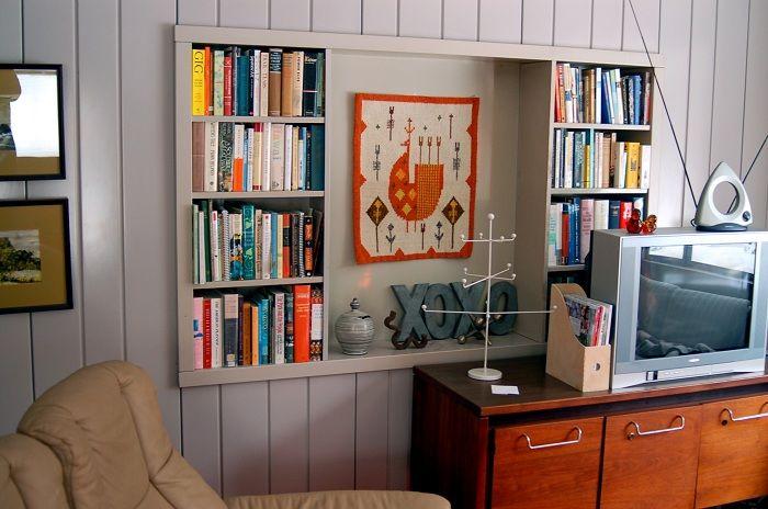 Крутое решение для создания оригинального интерьера с помощью встроенных полок.