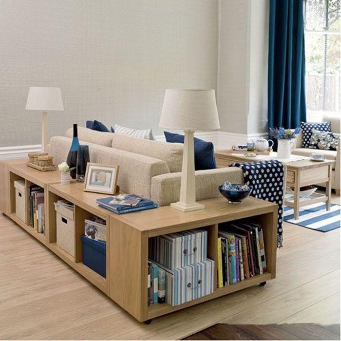 Гостиная преображена благодаря удачной подборке дивана и столика, возле него.
