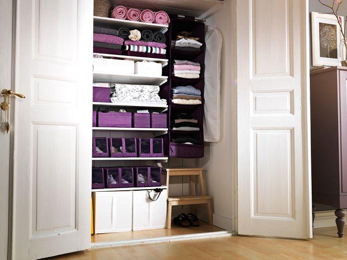 Симпатичное оформление шкафа с большим количеством коробок для хранения нужных вещей.