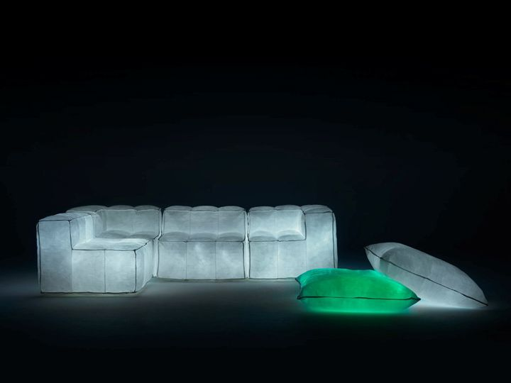 Luovat nojatuolit, sohva ja taustavalaistuja pusseja