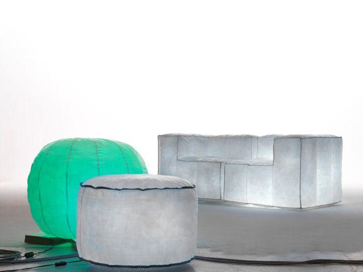 Upea pusseja ja taustavalaistu sohva