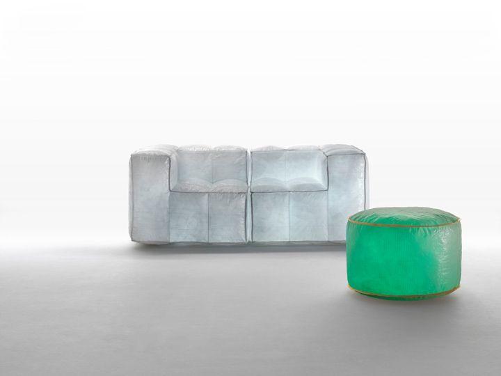 Контрастный диван и пуфик