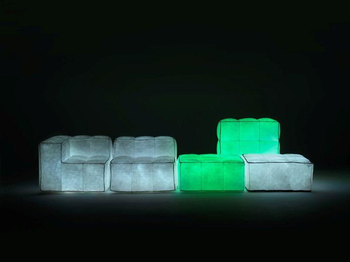 Erinomaiset huonekalut muodostavat pehmeän nurkan, jossa on valaistus