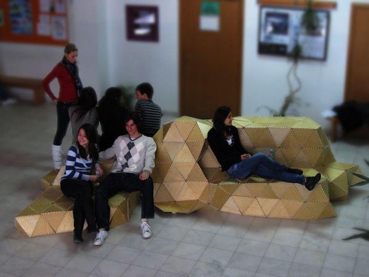 Красива дървена пейка със седнали хора