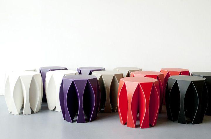 Дизанерские сиденья из пластика разных цветов