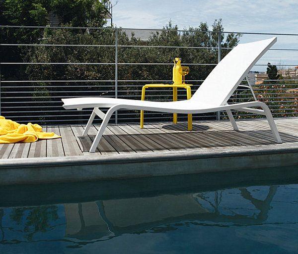 Aurinkotuoli uima-altaan äärellä