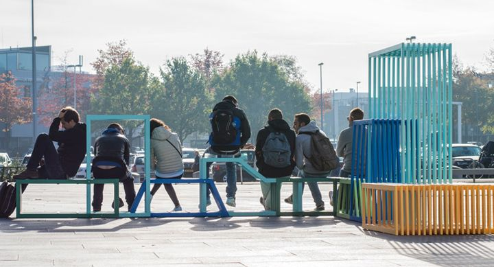 Bancs de rue avec des personnes assises