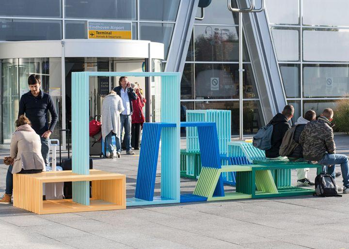 Beaux bancs à l'entrée de l'aéroport