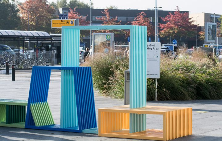 Творчески пейки на фона на улицата