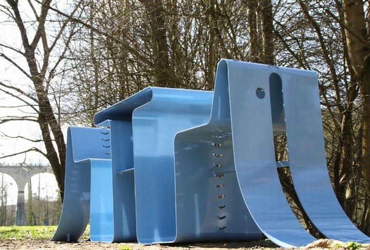 Синяя уличная мебель