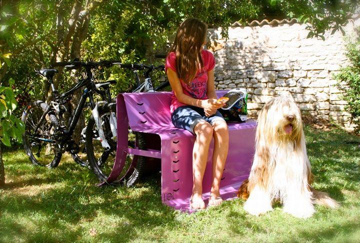 Фиолетовая уличная скамья с парковочными местами