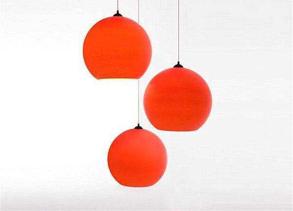 Интересно оформени червени лампи