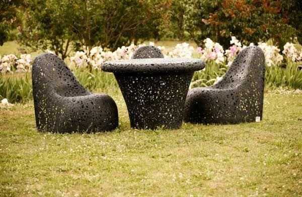 Уникальные кресла и стол в саду