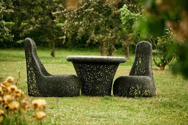Удивительный стол и кресла на газоне
