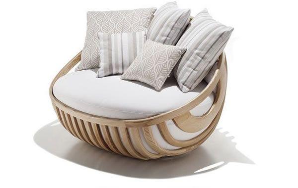 Kaunis nojatuoli tyynyillä