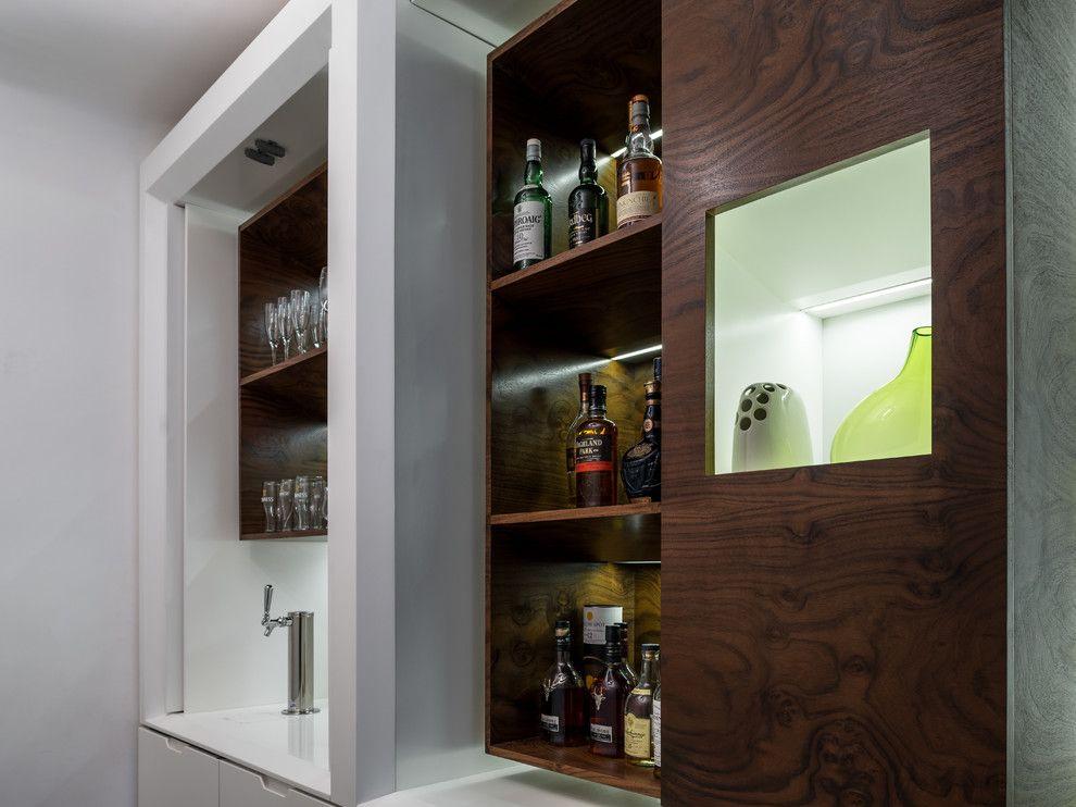 Шкаф за съхранение на алкохол в зоната на коридора