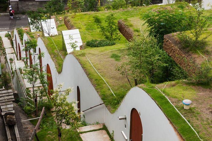 Пять домов, построенных в естественном склоне.