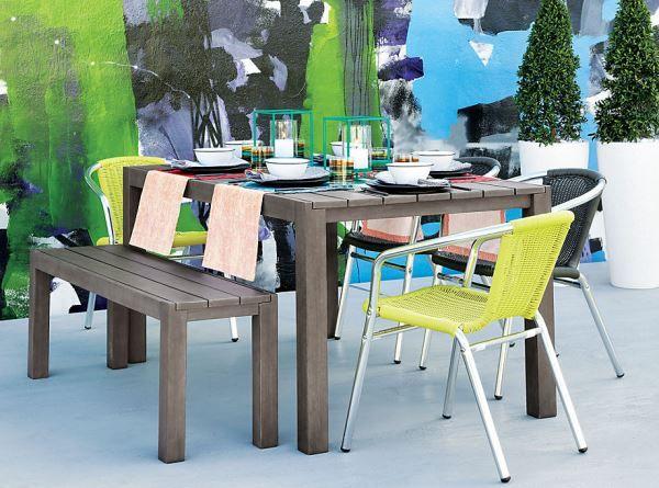 Couronnes de treillis multicolores à une table à manger en bois