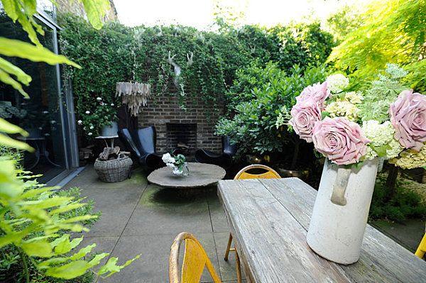 Bouquet de roses sur la table dans le jardin