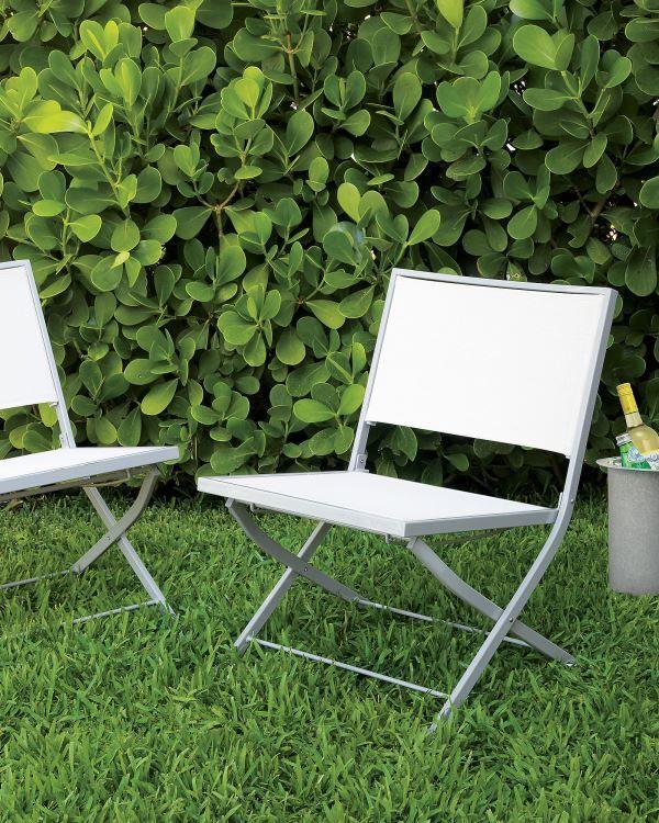 Chaises blanches dans le jardin