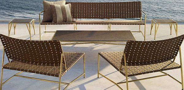 Chaises en osier sur la terrasse au bord de l'eau