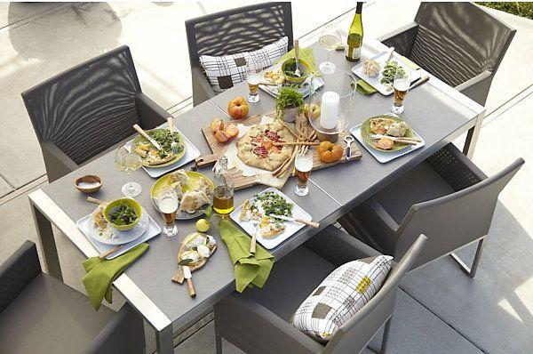 La nourriture sur une table et des chaises grises