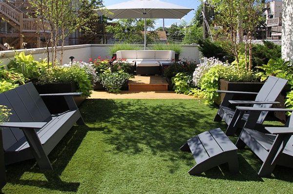 Bancs et sièges en bois dans le jardin