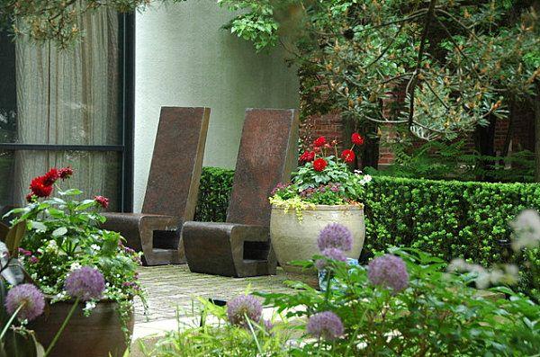Chaises en pierre dans le jardin