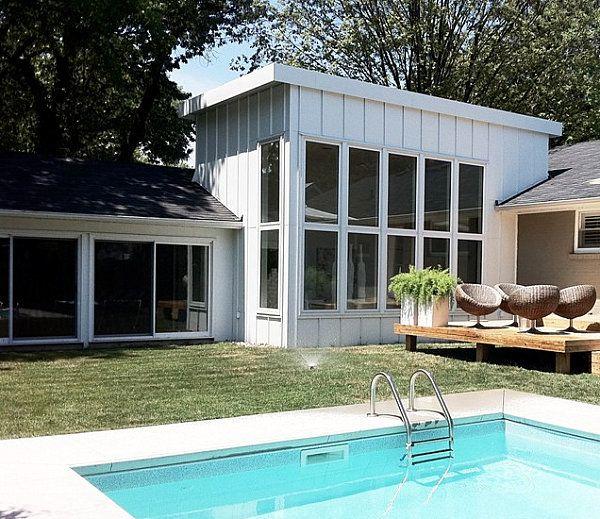 Chaises rondes sur la terrasse de la piscine