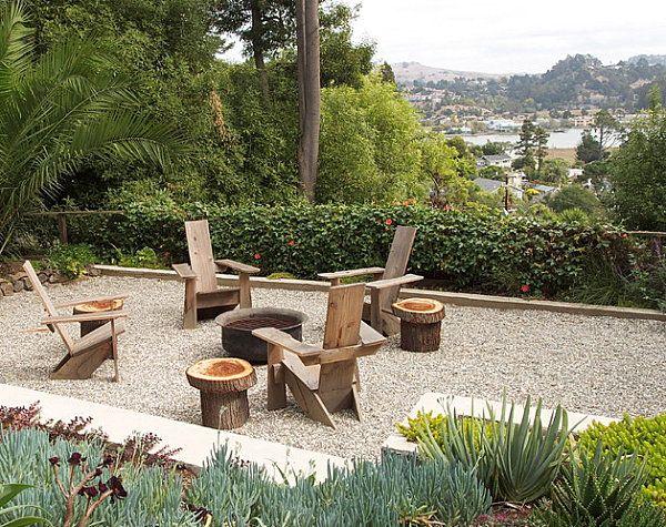 Chaises en bois autour du foyer dans le jardin