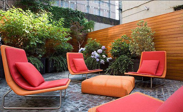 Chaises rouge-orange vif dans le jardin