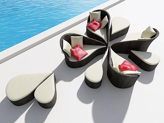 Красив модулен диван и маси при басейна