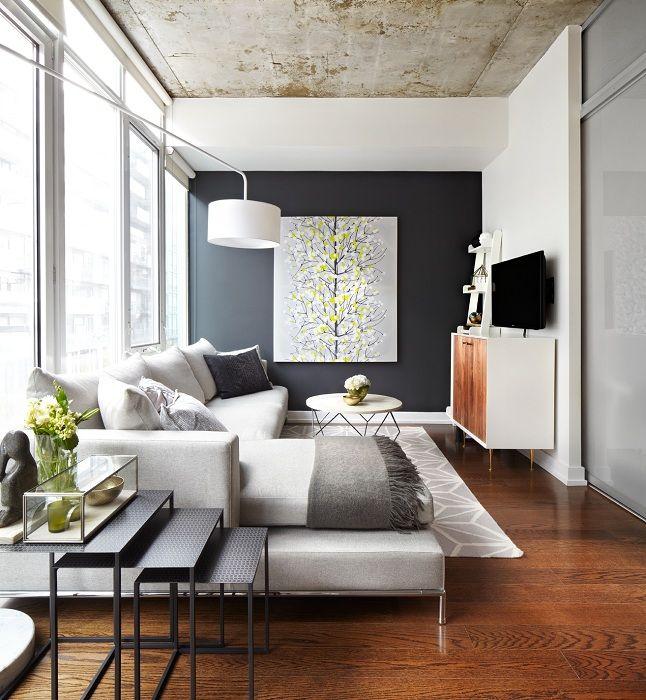 Оригиналният интериор на хола е създаден с помощта на творческия дизайн на основната стена.