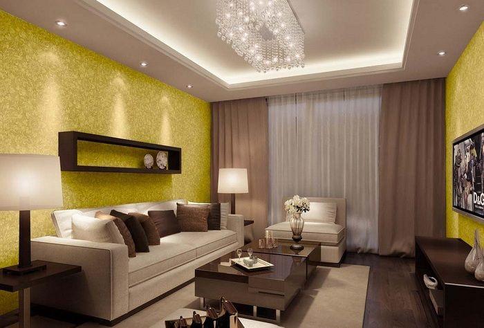 Необичайният интериор на хола е създаден с декорацията на стените в златисти нюанси, а завесите - в шоколад.