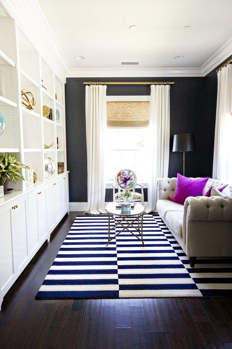 Добър вариант за разширяване на пространството на хола с райета черно-бяло килимче.