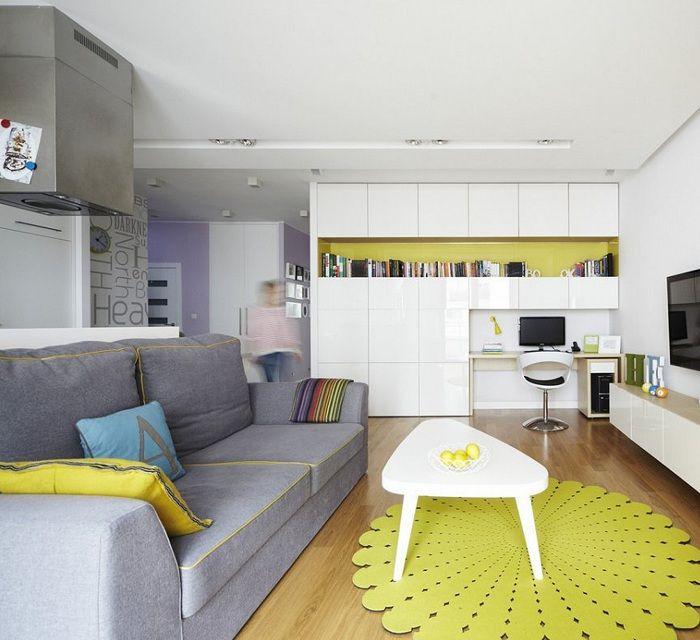 Отличният интериор е създаден благодарение на ярко жълти декор елементи.