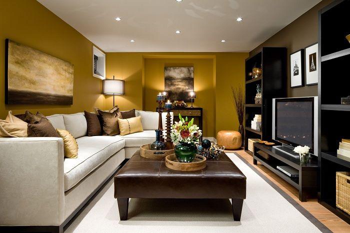 Приятен интериор на малка стая за гости, декорирана в кафе цветове.