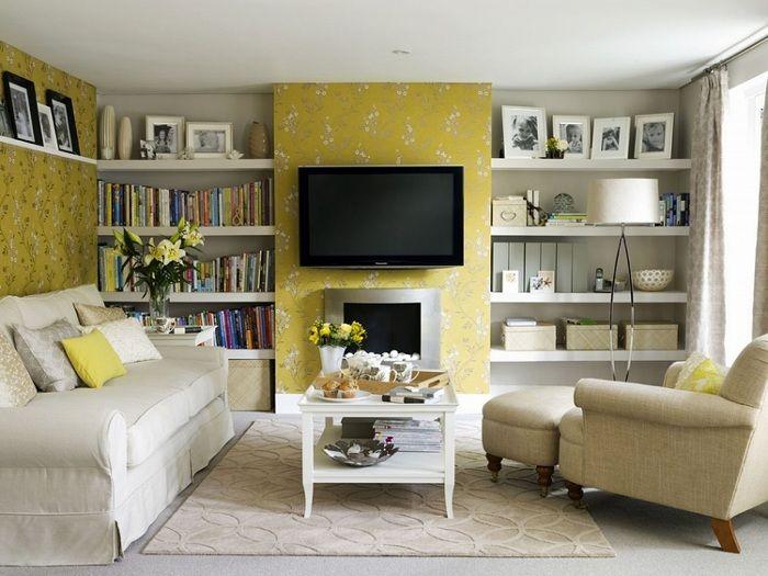 Симпатичният интериор на малката всекидневна е трансформиран чрез използването на жълти цветове.