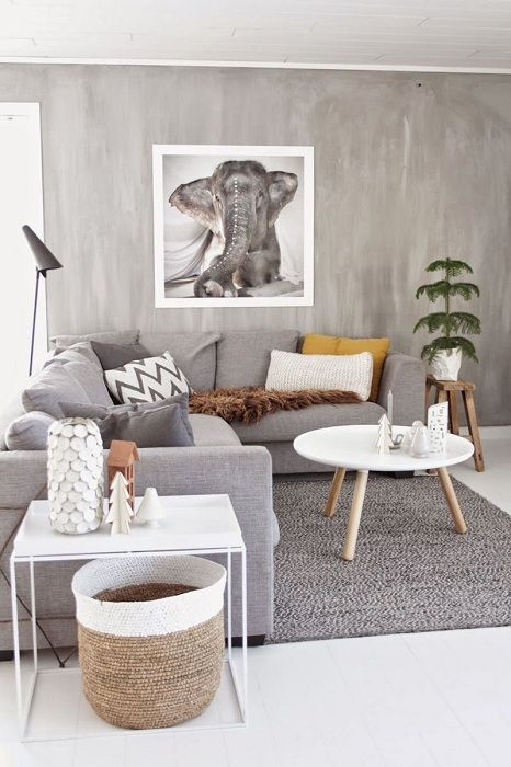 Уединена стая за гости, декорирана в сиви и бели цветове.