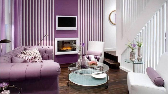 Всекидневната с малка площ е декорирана в лилави нюанси, което добавя още повече изтънченост и нежност.