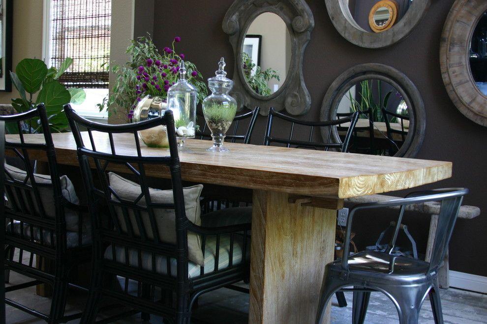 Деревянный стол в интерьере столовой