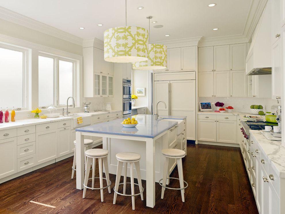 Подвесные люстры с ярким принтом в интерьере кухни