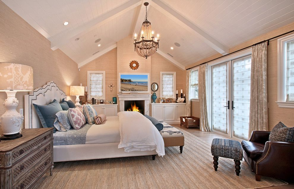Шикарная подвесная люстра в интерьере спальни