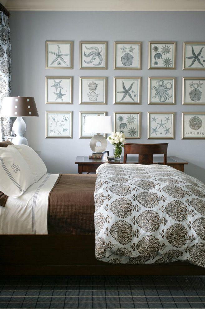 Настольная лампа с принтом в интерьере спальни