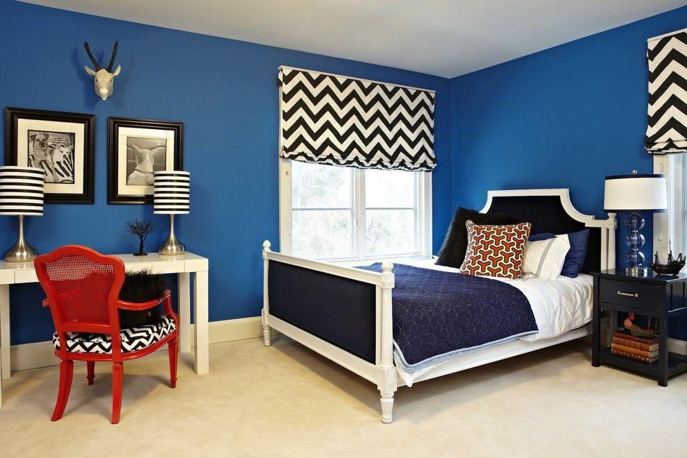 Полосатые настольные лампы в интерьере спальни
