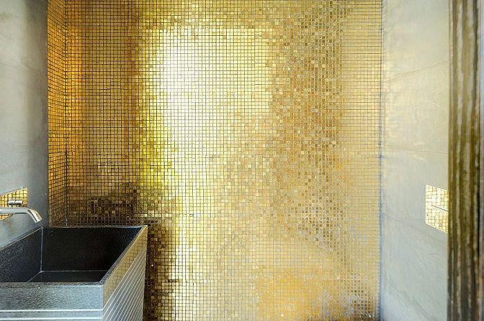 Fin gylden liten mosaikk vil bare være en flott løsning når du dekorerer et rom av denne typen.