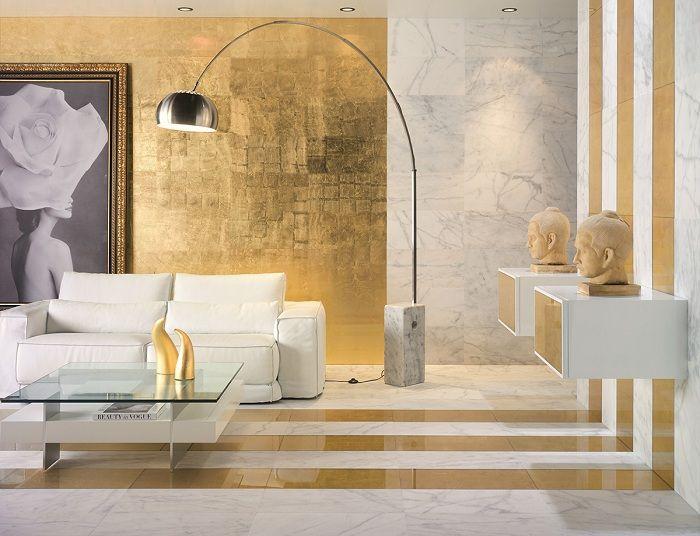 Det uvanlige interiøret i stuen er skapt ved å kombinere hvite toner med gull.