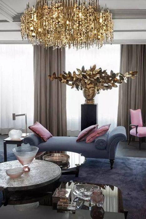 Stuen er dekorert i pastellfarger med tillegg av gullnyanser, som vil bli et innslag i et slikt rom.