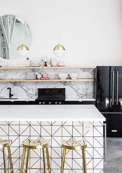 Et flott eksempel på design av kjøkkenet ved å legge til tilpassede løsninger til interiøret.